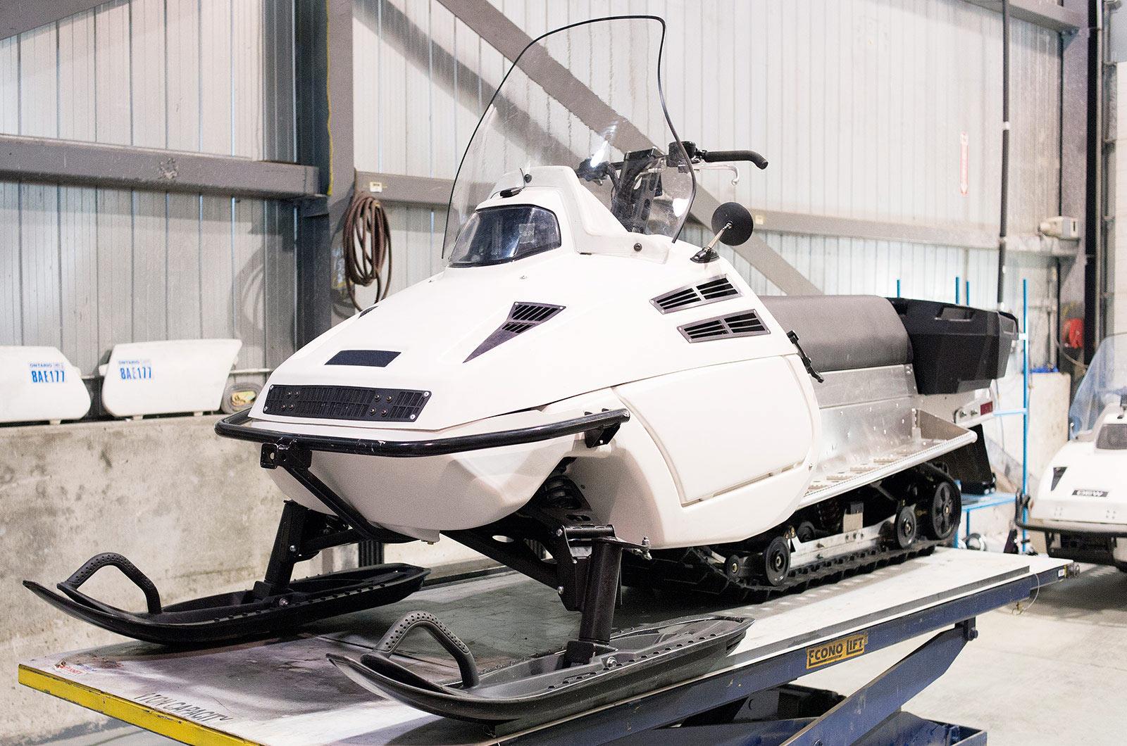 DEW D900 Snowmobile